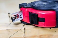 Измеряя инструменты в мастерской плотничества Стальная измеряя лента дальше Стоковая Фотография
