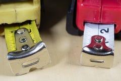 Измеряя инструменты в мастерской плотничества Стальная измеряя лента дальше Стоковые Фото