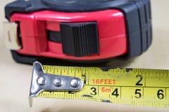 Измеряя инструменты в мастерской плотничества Стальная измеряя лента дальше Стоковые Изображения