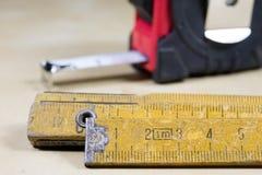 Измеряя инструменты в мастерской плотничества Стальная измеряя лента дальше Стоковое фото RF