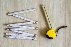 Измеряя лента и метр на деревянной предпосылке Взгляд сверху стоковая фотография rf