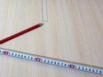 Измеряя лента, метка карандаша на деревянной предпосылке Стоковая Фотография RF