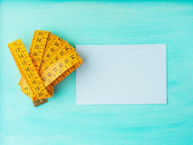 Измеряя метр и опорожняет карточку стоковая фотография
