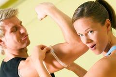 измеряя мышцы Стоковые Изображения
