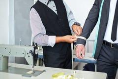 Измеряя рукав куртки стоковые изображения