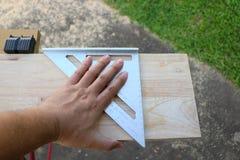 Измеряя угол деревянной мебели Стоковые Фотографии RF