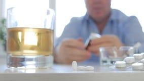 Изображение алкоголя и человека лекарств пристрастившийся стоковые фотографии rf