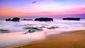 Изображение ландшафта пляжа на заходе солнца Стоковое фото RF