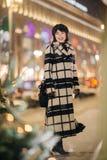 Изображение без сокращений женщины в улице на запачканной предпосылке стоковая фотография