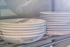 Изображение белых плит на полке кухни Стоковое Фото