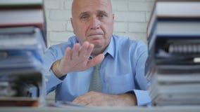 Изображение бизнесмена делает для того чтобы утихомирить вниз жесты рукой в комнате офиса стоковое изображение