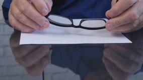 Изображение бизнесмена держа Eyeglasses в его руках стоковые изображения rf