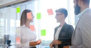 Изображение бизнесмена и коммерсантки говоря в офисе Стоковая Фотография RF