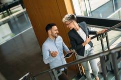 Изображение бизнесмена и коммерсантки имея обсуждение Стоковое Изображение