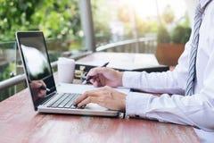 Изображение бизнесмена работая с компьтер-книжкой, таблеткой и финансовым d Стоковые Изображения RF