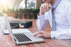 Изображение бизнесмена работая с компьтер-книжкой, таблеткой и финансовым d Стоковое Фото