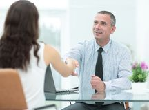 Изображение бизнесменов взаимодействуя на встрече в офисе Стоковое Изображение