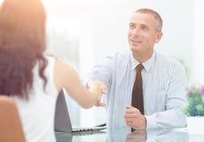 Изображение бизнесменов взаимодействуя на встрече в офисе Стоковая Фотография