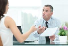 Изображение бизнесменов взаимодействуя на встрече в офисе Стоковая Фотография RF