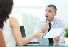 Изображение бизнесменов взаимодействуя на встрече в офисе Стоковое фото RF