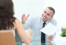 Изображение бизнесменов взаимодействуя на встрече в офисе Стоковое Изображение RF