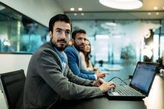 Изображение бизнесменов обсуждая на встрече Стоковые Изображения RF