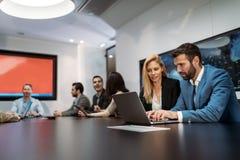 Изображение бизнесменов обсуждая на встрече Стоковые Фотографии RF