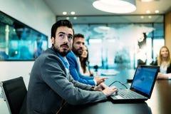 Изображение бизнесменов обсуждая на встрече Стоковое фото RF
