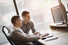 Изображение 2 бизнесменов работая на компьютере Стоковые Изображения