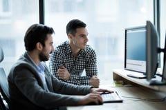 Изображение бизнесменов работая совместно в офисе стоковая фотография