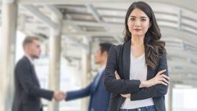 Изображение бизнес-леди счастья стоит с уверенно в fron o стоковые фото