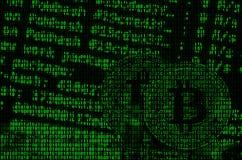 Изображение бинарного кода от ярких ых-зелен чисел, через которые изображение физического bitcoin Стоковое Изображение