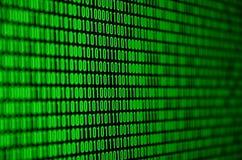 Изображение бинарного кода составило комплекта зеленых чисел на черной предпосылке Стоковое Фото