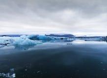 Изображение блоков льда в леднике пруда Стоковая Фотография