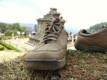 изображение ботинок с предпосылкой виска стоковые фотографии rf