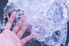 Изображение брызгать воду в моей руке стоковая фотография rf