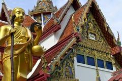 Изображение Будды с виском в предпосылке в южном Таиланде стоковое фото rf