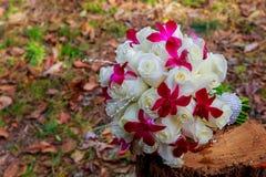 изображение букета, пинка и белых роз свадьбы лежа на траве Стоковое Изображение