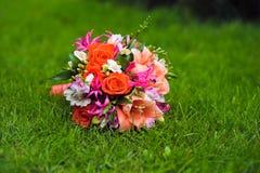 Изображение букета свадьбы лежа на траве Стоковое Изображение RF