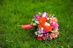 Изображение букета свадьбы лежа на траве Стоковые Изображения