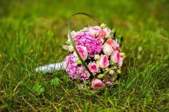 Изображение букета свадьбы лежа на траве Стоковые Фото