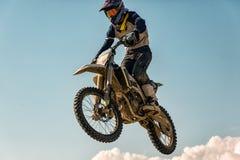 Изображение велосипедиста делая эффектное выступление и скачки в воздухе стоковые изображения rf