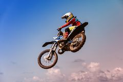 Изображение велосипедиста делая эффектное выступление и скачки в воздухе стоковая фотография
