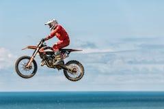 Изображение велосипедиста делая эффектное выступление и скачки в воздухе стоковое фото
