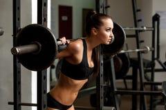 Изображение веса красивой тонкой девушки поднимаясь Стоковое Изображение