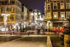 Изображение вечером тихой улицы в декабре с украшением светов рождества стоковая фотография
