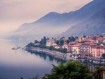 Изображение взгляда панорамы cannero riviera на maggiore озера в Италии на туманный пасмурный день стоковая фотография