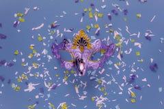 Изображение взгляда столешницы воздушное красивой серебряной маски масленицы для carnaval предпосылки праздника Стоковое фото RF