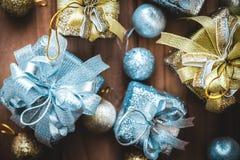 Изображение взгляд сверху золотых и серебряных присутствующих коробок и украшений рождества Стоковое фото RF