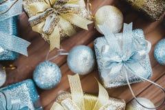 Изображение взгляд сверху золотых и серебряных присутствующих коробок и украшений рождества Стоковые Фото